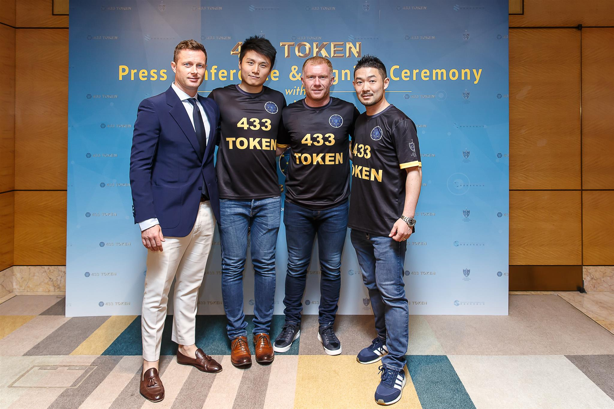 posing in 433 jerseys from left to right James Yandle Jason Sze Paul Scholes Raymond Wong 001 - Soccer Legends Limited Revolutionizes The Soccer Fanbase All Over The World Via The 433 Token And The Blockchain Technology