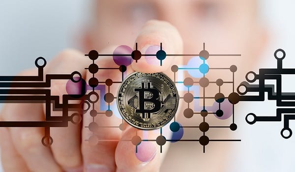 Digitale Währung Bitcoin Cash bei über 1500 US Dollar - Bitcoin All-Time High And Altcoin Season Are On The Way – Wall Street Analyst Reveals The Trigger